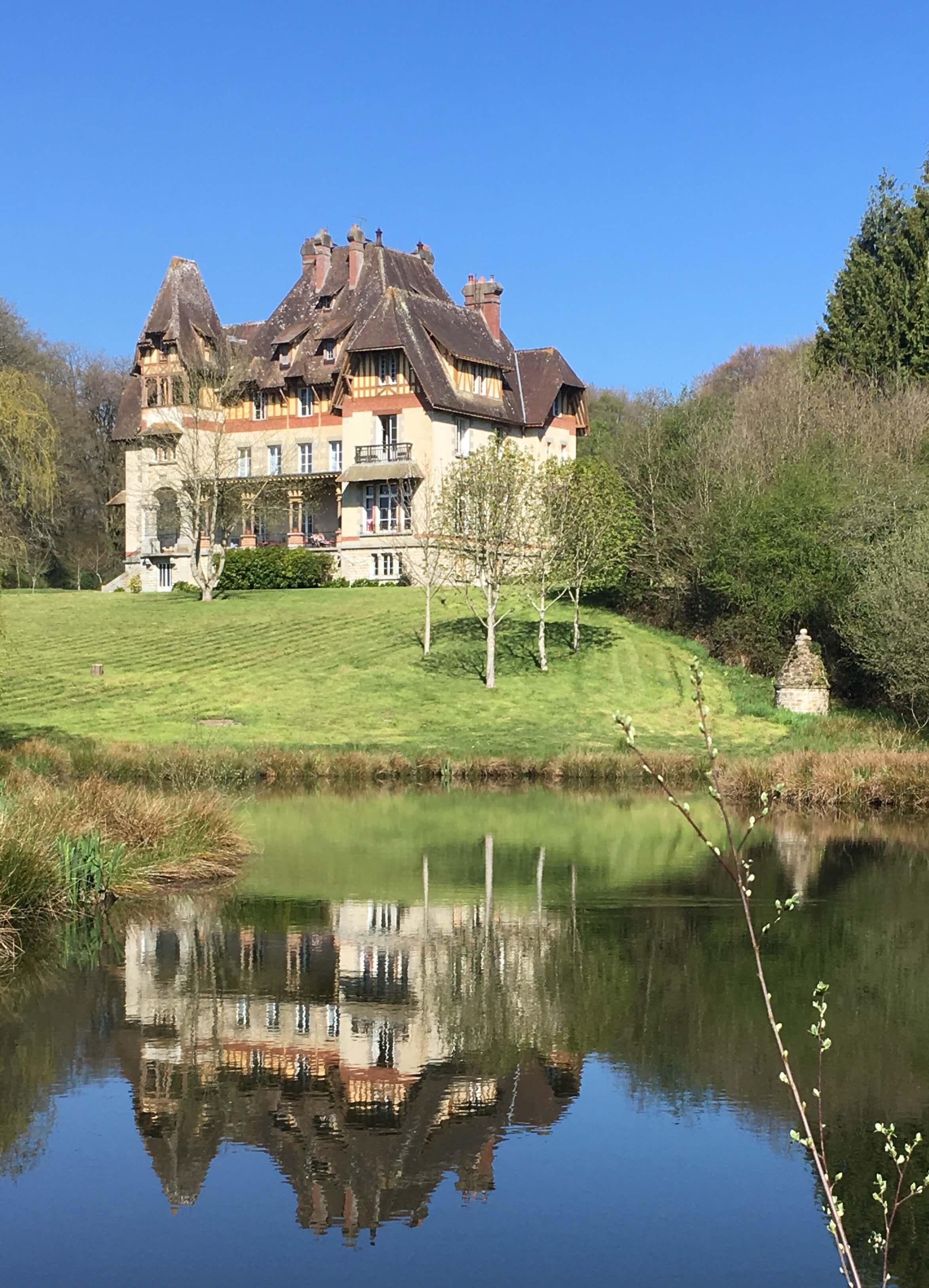 "<img  src=""/app/chateau2/assets/chateau_outside/A7C8BC94-5816-47B3-9989-C9F3737DEA75.jpeg?v=1624279667"">"